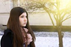 Ragazza dell'adolescente con la fine depressiva dei capelli scuri lunghi sul ritratto Immagini Stock Libere da Diritti