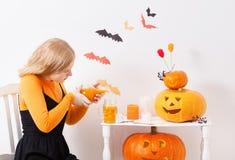 Ragazza dell'adolescente con le decorazioni di Halloween Immagine Stock Libera da Diritti