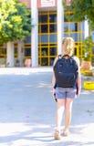 Ragazza dell'adolescente di Portrair di nuovo a scuola Vista posteriore fotografie stock libere da diritti