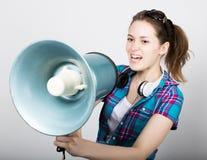 Ragazza dell'adolescente negli shorts del denim e nelle emozioni differenti precise di una camicia di plaid consulente ad un camp Fotografia Stock Libera da Diritti