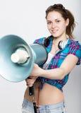 Ragazza dell'adolescente negli shorts del denim e nelle emozioni differenti precise di una camicia di plaid consulente ad un camp Immagini Stock Libere da Diritti