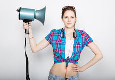 Ragazza dell'adolescente negli shorts del denim e nelle emozioni differenti precise di una camicia di plaid consulente ad un camp Fotografia Stock