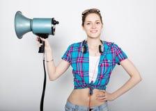 Ragazza dell'adolescente negli shorts del denim e nelle emozioni differenti precise di una camicia di plaid consulente ad un camp Fotografie Stock Libere da Diritti