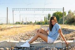 Ragazza dell'adolescente nelle periferie della città Fotografie Stock Libere da Diritti