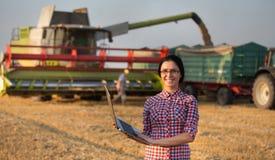 Ragazza dell'agricoltore al raccolto del grano Immagine Stock Libera da Diritti
