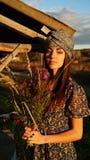 Ragazza dell'agricoltore con i fiori selvaggi in un villaggio Immagine Stock Libera da Diritti