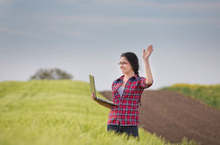 Ragazza dell'agricoltore con il computer portatile nel campo Immagini Stock Libere da Diritti