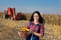 Ragazza dell'agricoltore con la merce nel carrello del cereale Fotografia Stock Libera da Diritti