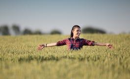 Ragazza dell'agricoltore nel campo dell'orzo Fotografia Stock Libera da Diritti