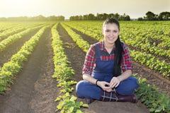 Ragazza dell'agricoltore nel giacimento della soia Immagini Stock Libere da Diritti