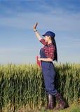 Ragazza dell'agricoltore nel giacimento di grano Immagini Stock