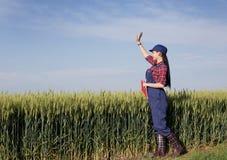 Ragazza dell'agricoltore nel giacimento di grano Fotografia Stock Libera da Diritti