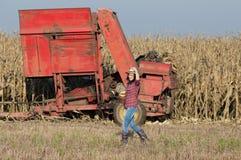 Ragazza dell'agricoltore sul campo di grano Fotografie Stock Libere da Diritti