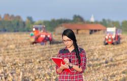 Ragazza dell'agricoltore sul raccolto di cereale Fotografia Stock Libera da Diritti