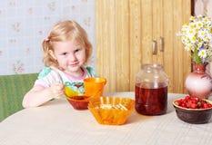 ragazza dell'alimento piccolo Fotografia Stock