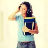 Ragazza dell'allievo che ascolta la musica Immagini Stock Libere da Diritti