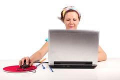 Ragazza dell'allievo che lavora con il computer portatile Fotografie Stock Libere da Diritti