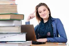 Ragazza dell'allievo con un netbook ed i libri Fotografia Stock