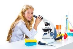 Ragazza dell'allievo dei bambini nel laboratorio del prodotto chimico del bambino Fotografie Stock Libere da Diritti