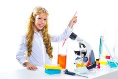 Ragazza dell'allievo dei bambini nel laboratorio del prodotto chimico del bambino Immagine Stock