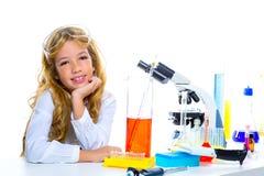 Ragazza dell'allievo dei bambini nel laboratorio del prodotto chimico del bambino Fotografie Stock