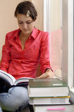 Ragazza dell'allievo della lettura con i libri Immagini Stock Libere da Diritti