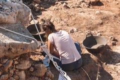 Ragazza dell'archeologo che ricerca in un sito preistorico di Menorca immagini stock libere da diritti
