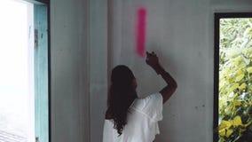 Ragazza dell'artista dei graffiti stock footage