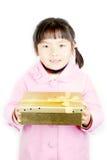 Ragazza dell'Asia con il regalo in mani fotografie stock