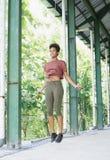 ragazza dell'Asia e del Pacifico dell'atleta dell'isolano con l'afro che esegue esercitando salto di routine Fotografia Stock