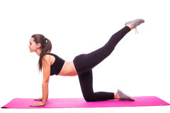 Ragazza dell'atleta che fa esercizio della plancia su fondo bianco Fotografie Stock