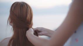 Ragazza dell'intrecciatura della donna sulla spiaggia video d archivio