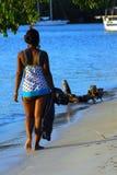 Ragazza dell'isola che cammina sulla spiaggia fotografie stock