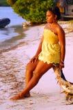 Ragazza dell'isola nel colore giallo immagini stock libere da diritti