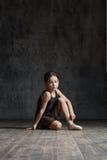 Ragazza della ballerina che posa nello studio di ballo immagini stock libere da diritti