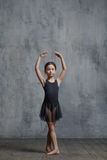 Ragazza della ballerina che posa nello studio di ballo fotografia stock