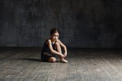 Ragazza della ballerina che posa nello studio di ballo fotografia stock libera da diritti