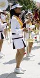 Ragazza della banda di marzo che tiene una tromba Fotografie Stock Libere da Diritti