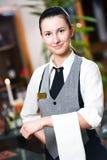 Ragazza della cameriera di bar dell'annuncio pubblicitario Fotografie Stock Libere da Diritti