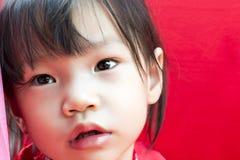Ragazza della Cina in cinese il saluto rosso del vestito di Tang del cinese tradizionale fotografia stock libera da diritti