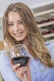 Ragazza della donna che beve vino rosso Immagine Stock