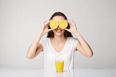 Ragazza della donna con i frutti sul fondo di bianco grigio Fotografia Stock