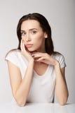 Ragazza della donna con i frutti sul fondo di bianco grigio Fotografia Stock Libera da Diritti