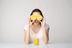 Ragazza della donna con i frutti sul fondo di bianco grigio Fotografie Stock Libere da Diritti