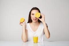 Ragazza della donna con i frutti sul fondo di bianco grigio Immagini Stock