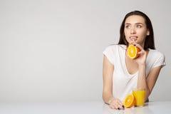 Ragazza della donna con le arance di frutti Fotografie Stock Libere da Diritti