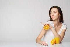 Ragazza della donna con le arance di frutti Immagine Stock
