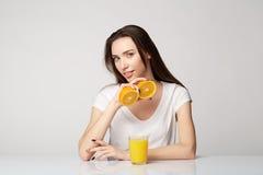 Ragazza della donna con le arance di frutti Fotografia Stock