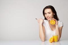 Ragazza della donna con le arance di frutti Immagini Stock Libere da Diritti