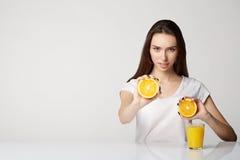 Ragazza della donna con le arance di frutti sull'arancia del fondo di bianco grigio Fotografie Stock Libere da Diritti